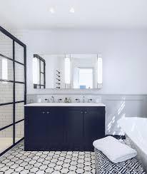 klassisches badezimmer in schwarz weiß bild kaufen