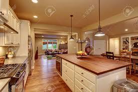 ile cuisine cuisine classique avec plancher de bois franc une île et salle à
