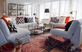 perserteppiche und weiße sofas mit gemusterten kisse