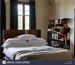 schlafzimmer mit bücherregal stockfotografie alamy