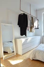 idee für offenen kleiderschrank kleider aufhängen ohne