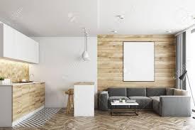 wohnzimmer in einem studio apartment mit holz und weißen wänden holzboden und fliesen in der nähe arbeitsplatten in der küchenecke bartisch mit