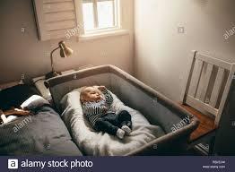 baby schlafen in einem bett babykörbchen im schlafzimmer