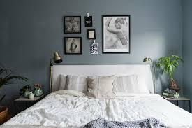 doppelbett mit weißer bettwäsche im bild kaufen