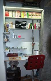 bureau dans un placard aménagement intérieur
