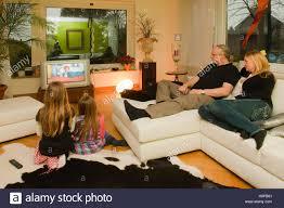 deutschland junge familie mit kindern beim fernsehen im