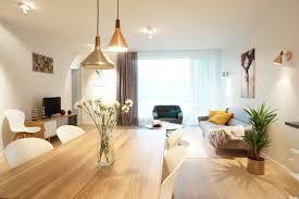 gemütliches wohnzimmer mit offenem essbereich