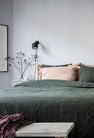 gemütliches schlafzimmer in grau und grün via coco lapine