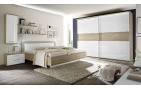 schlafzimmer mit doppelbett und schwebetürenschrank