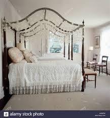 antike schlafzimmereinrichtungen bett mit weißer bettwäsche