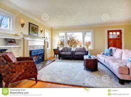 gemütliches wohnzimmer mit kamin und verzierter wand mit