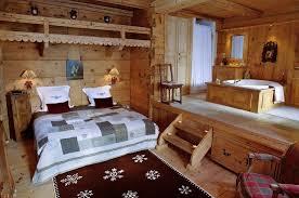uriges schlafzimmer mit bad ensuite auf bild kaufen