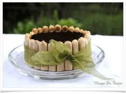 dessert avec des boudoirs gâteau miroir aux framboises et amandes nuage de farine