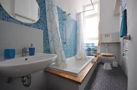 das badezimmer ist ein ort der frische die farbe blau passt