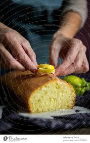 anonyme person die hausgemachten zitronenkuchen zubereitet