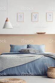 le über blaues bett mit kissen im boho schlafzimmer innenraum mit plakaten und korb echtes foto stockfoto und mehr bilder bett