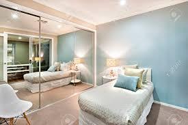 moderne und klassische schlafzimmer wände sind hellblau die beleuchtet wird wird in lichter der tischle und eine wand komplett mit großen