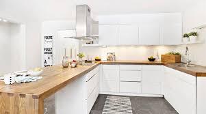 moderne küche aus holz und weiß mit weißen schränken ohne
