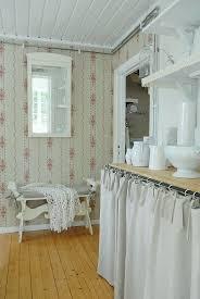 ländliche küche mit tapezierten wänden bild kaufen