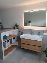 badezimmer spiegel beleuchtet waschbecken unterschrank regal
