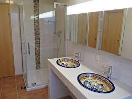 bunte waschbecken fliesen als hingucker im badezimmer