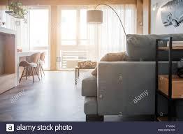 minimalistischen modernen wohnzimmer mit sofa im loft stil