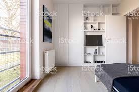 schlafzimmer mit bücherregal und kleiderschrank stockfoto und mehr bilder architektur
