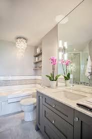 badezimmer deko in weiß und grau mit einem kronleuchter aus