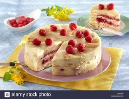 vanille pudding kuchen mit himbeeren stockfotografie alamy