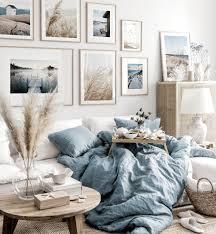 sanfte bilderwand beige blaues wohnzimmer naturposter eichenrahmen
