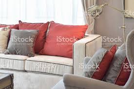 klassische industrielle aussehen wohnzimmer mit sofa beige und rot und dunkelbraun leninkissen mit messing lesele stockfoto und mehr bilder