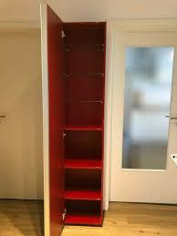 roter badezimmerschrank schmal und hoch
