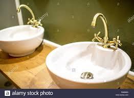 zwei waschbecken mit retro tippt auf die grüne wand