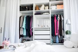 ein weißes schlafzimmer viel stauraum und kreative lösungen