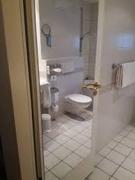 grosser spiegel auf der badezimmer tür picture of leonardo