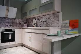 nobilia riva design u küche helle holzfronten und griffmulden mit grünem hängeschrank