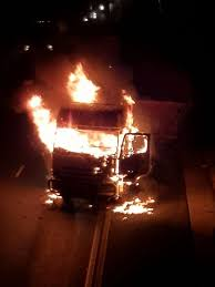 100 20 Trucks JoburgDurban Road Still Closed After Protesters Torch About Trucks
