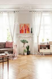 holztisch und beige im wohnzimmer interieur mit poster und pflanzen echtes foto stockfoto und mehr bilder beige