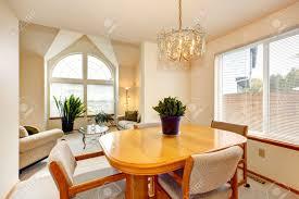helle essbereich mit ahornesstischgarnitur und wohnzimmer mit bogenfenster und hohen gewölbten decke