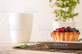 frische beeren törtchen oder kuchen gefüllt mit vanillecreme himbeeren heidelbeeren johannisbeeren und brombeeren köstliches dessert easy diät