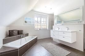 badezimmer mit dachschräge eckbadewanne fliesen
