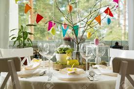 schöner gedienter runder tisch mit dekorationen im esszimmer kleines gelbes häschen weidenniederlassungen verziert mit bunten ostereiern
