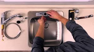 robinetterie evier cuisine rona comment installer ou remplacer un robinet sur un évier de