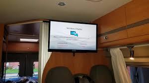 wohnmobil fernseher einbauen tv halterung und gerät installation tv halterung im kastenwagen 22 zoll