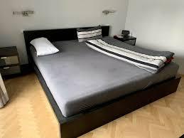 schlafzimmer schwarz braun king size bett nachttische kommode