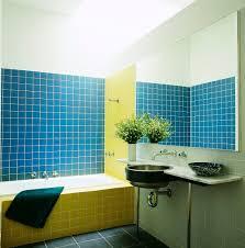 ein badezimmer mit blau gelben bild kaufen 717130