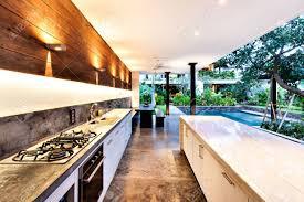 outdoor küche mit herd neben eine arbeitsplatte mit einem pool im luxushotel zum garten oder haus