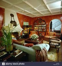 80er jahre wohnzimmer mit lackierten terrakotta wände