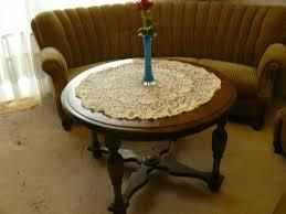 wohnzimmer sofa mit zwei sessel und runden tisch vintage antik