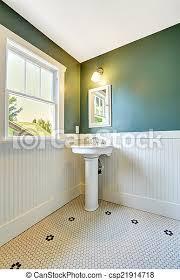 weißes badezimmer mit weißer und grüner wand weißer